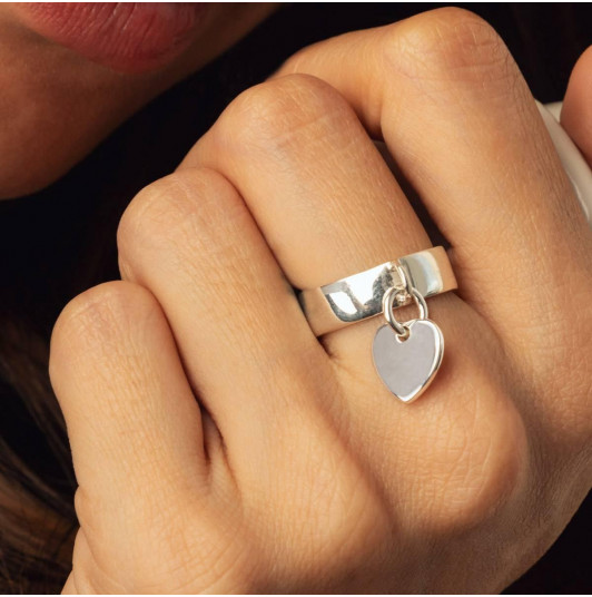 Band ring with heart medal