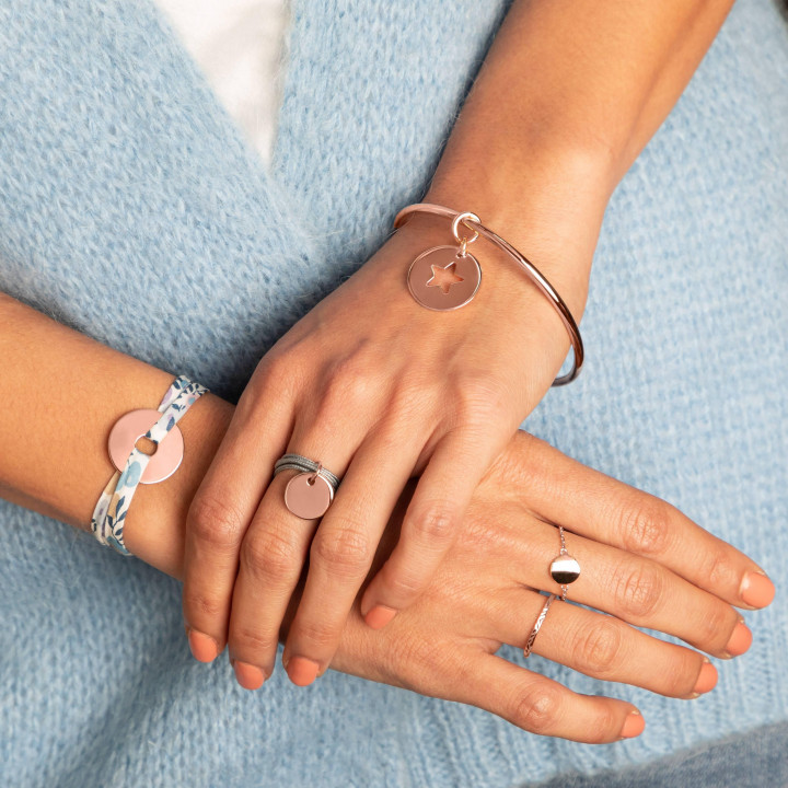 Multiple string ring with small rose gold-plated thick medal