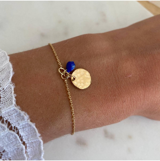 Chain bracelet with hammered medal and lapis lazuli