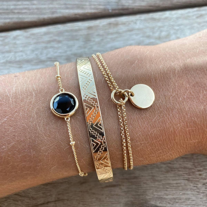 Gold-plated beaded chain bracelet with onyx medal