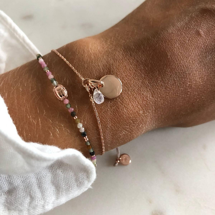 Rose gold-plated chain bracelet with curved medal and gemstone