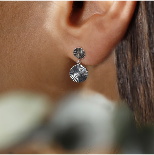 Stud earrings with striated medals