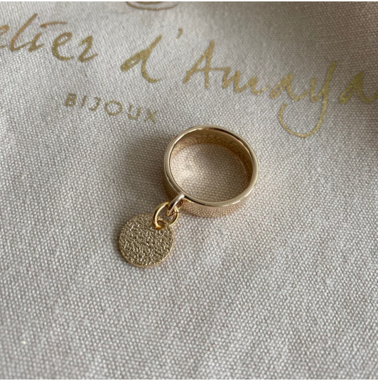 Band ring with small granite medal