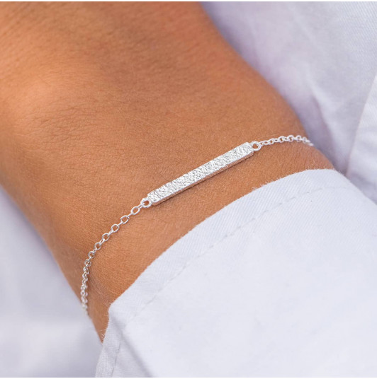 Chain bracelet with textured row