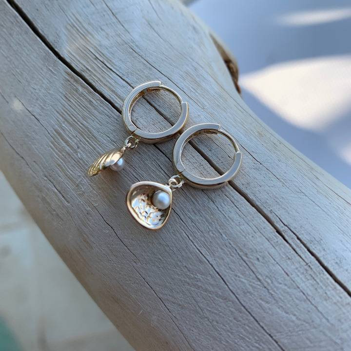 Tie bracelet with small gold-plated handcuffs
