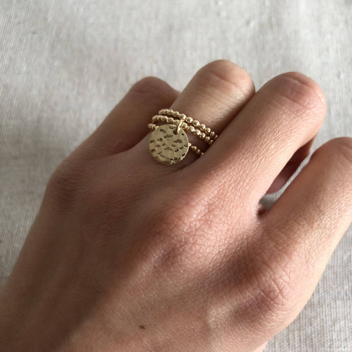 Gold-plated combination of three small beads rings and an hammered medal