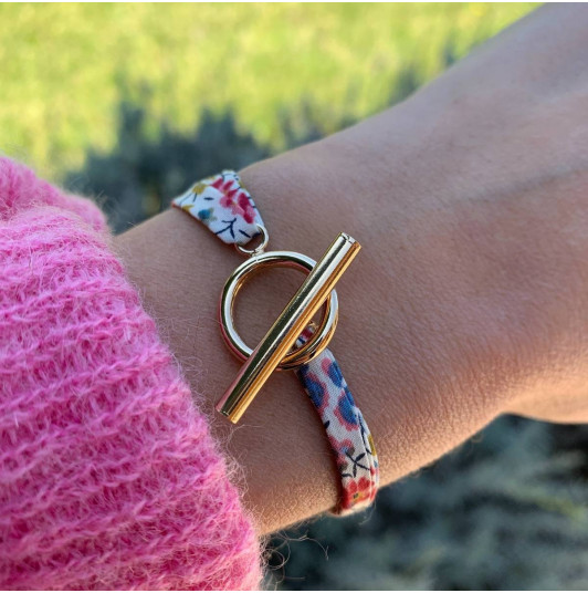 Liberty bracelet with t-toggle